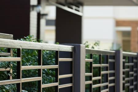 51725170-cerca-de-acero-negro-de-la-casa-residencial-de-estilo-moderno