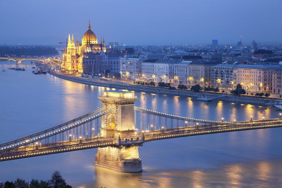 LYA chains-bridge-budapest-hungary puente cadenas